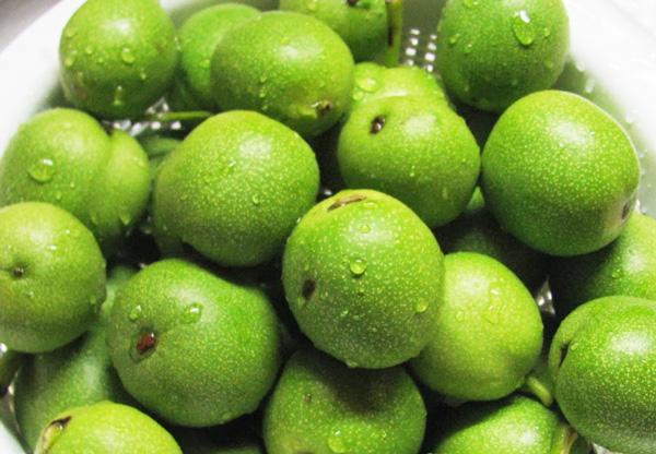 Удаление волос соком зеленого ореха